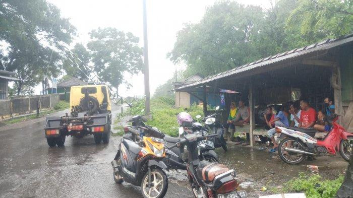 Warga menjaga jalan utama menuju TPST Piyungan, Bantul, pada Jumat (18/12/2020)
