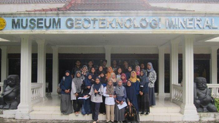 TRIBUNJOGJAWIKI : Museum Geoteknologi Mineral (GTM) UPN Veteran Yogyakarta
