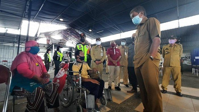 Wali Kota Yogyakarta, Haryadi Suyuti, tengah berbincang dengan peserta vaksinasi sekaligus penerima bansos, di XT Square, Umbulharjo, Senin (2/8/2021).