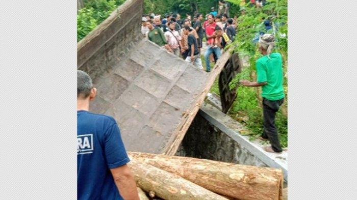 Truk terjun ke jurang sedalam 4 meter di ruas Jalan Temuireng-Panggang, Kalurahan Girisuko, Panggang, Gunungkidul pada Selasa (02/03/2021) sore. Supir truk tewas akibat kecelakaan tersebut.  (Ist)