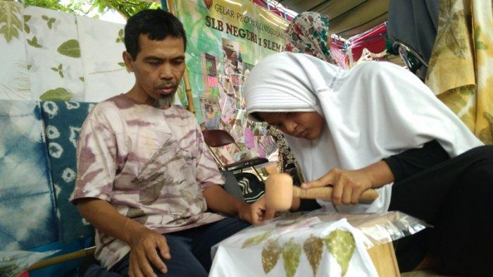 Tunagrahita Berdaya dengan Batik Eco Print, Bikin Batik Pewarna Dedaunan