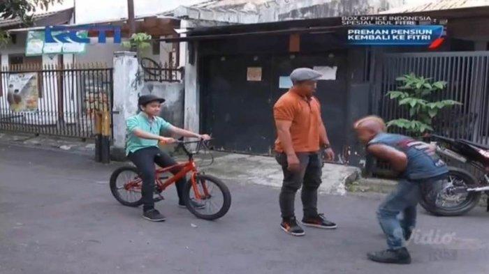 Ujang menghajar preman yang mengganggu anak laki-lakinya