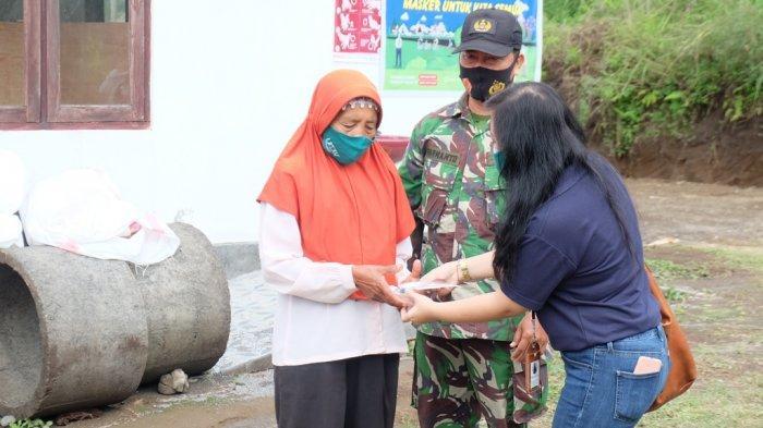 Unit Admisi dan Promosi Universitas Kristen Duta Wacana (UKDW) Yogyakarta lewat program UKDW Peduli berbagi masker dan hand sanitizer kepada pengungsi Gunung Merapi