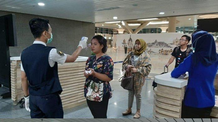 Petugas mengukur suhu tubuh calon penumpang di Bandara YIA Kulonprogo