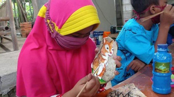 Unik, Seniman di Kulon Progo Ini Ajarkan Anak-anak Belajar Melukis di Atas Batu
