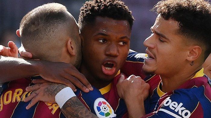 Ansu Fati merayakan gol bersama Jordi Alba dan Philippe Coutinho October 24, 2020.
