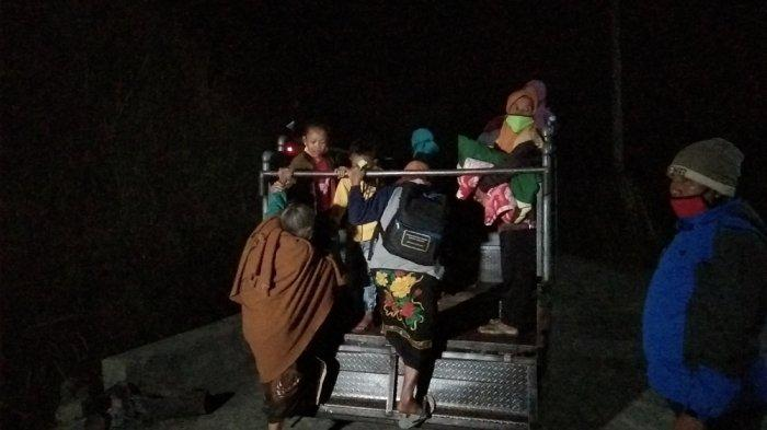 Warga Dukuh Pajegan, Desa Sidomulyo, Kecamatan Kemalang, Kabupaten Klaten menaiki mobil untuk mengungsi ke barak pengungsian sementara, Minggu (8/11/2020).