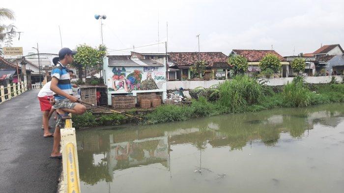 Usir Jenuh Kala Pandemi, Warga Kampung Surokarsan Kota Yogyakarta Pilih Mancing Saat Hujan