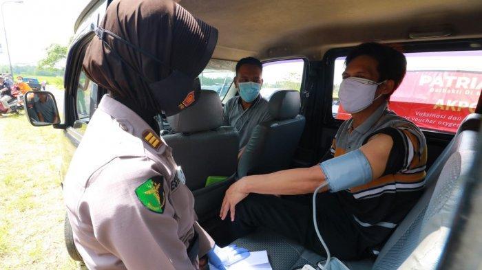 Petugas Nakes melakukan vaksin jemput bola lakukan vaksin di tempat parkir