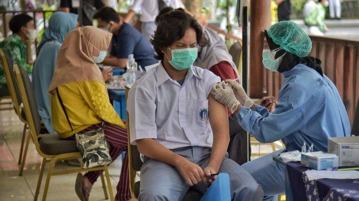 Vaksinasi Covid-19 massal untuk pelajar di SMP dan SMA Islam Al Azhar, Sabtu (4/9/2021)
