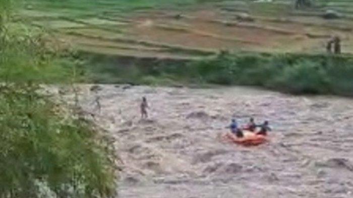 Video Detik-detik Pria di Banjarnegara Terjebak Banjir Sungai Serayu, Bertahan di Atas Batu Besar