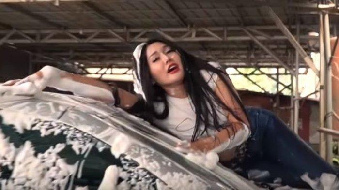 Kelakuan Lucinta Luna Mencuci Mobil Sendiri, Terjatuh ke Lantai Hingga Naik Atap Mobil