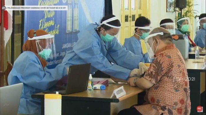 Wakil Gubernur DIY KGPAA Paku Alam X menjalani vaksinasi COVID-19 tahap kedua di Bangsal Kepatihan, Kamis (28/1/2021).