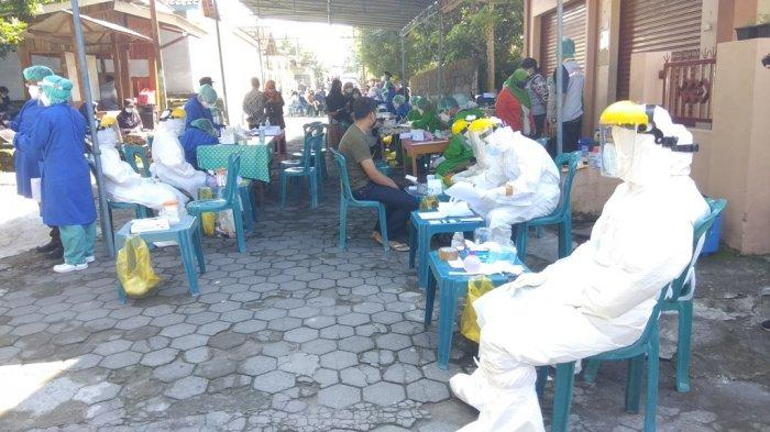 Warga dusun Nglempong, Padukuhan Ngemplak II, Kalurahan Umbulmartani, Ngemplak, Sleman menjalani testing massal Coronavirus Disease-2019 (Covid-19).