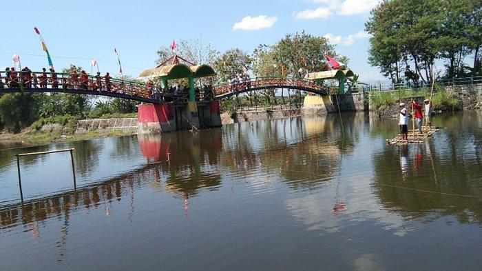 Warga Dukuh Gunden Gelar Upacara dari Atas Jembatan Pelangi Desa Balak, Klaten
