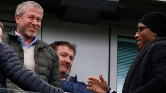 Pemilik Chelsea, Roman Abramovich (kiri), meyaksikan laga Premier League antara Chelsea dan Arsenal di Stadion Stamford Bridge, London, Inggris, pada 4 Februari 2017, bersama Didier Drogba (kanan).