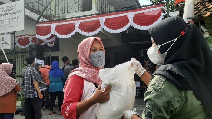 Warga Pringgokusuman Kota Yogyakarta Antre Bantuan Beras 10 Kg Dari Kemensos
