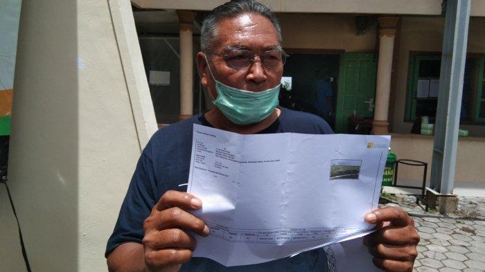 Salah seorang warga menunjukan surat penawaran ganti rugi lahan yang ia terima saat musyawarah penetapan ganti kerugian tanah di Desa Kahuman, Kecamatan Polanharjo, Kabupaten Klaten, Selasa (24/11/2020).