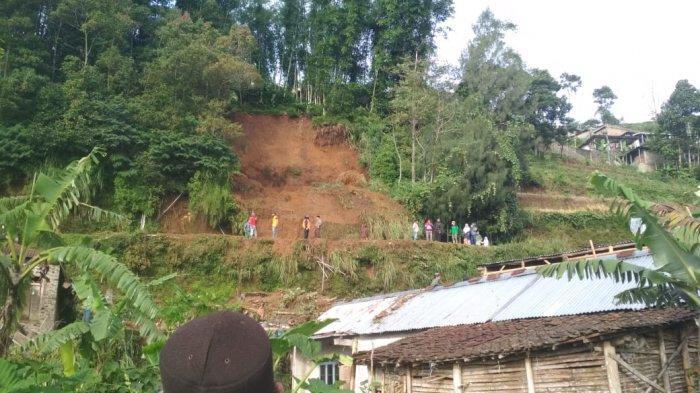 Warga menyaksikan material timbunan longsor di Dusun Prampelan I, Desa Adipuro, Kecamatan Kaliangkrik, Magelang pada Rabu (27/1/2021).