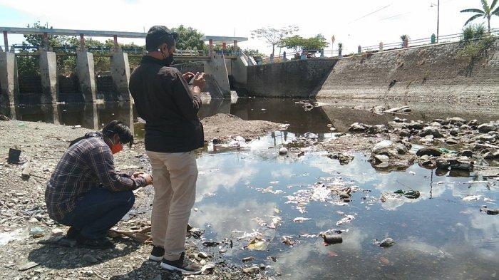 Sejumlah warga saat melihat ribuan ikan yang mati di kali dengkeng, Kamis (9/9/2021).