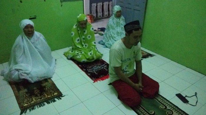 Warga Sleman Lakukan Salat Tarawih bersama Keluarga dan Tetangga
