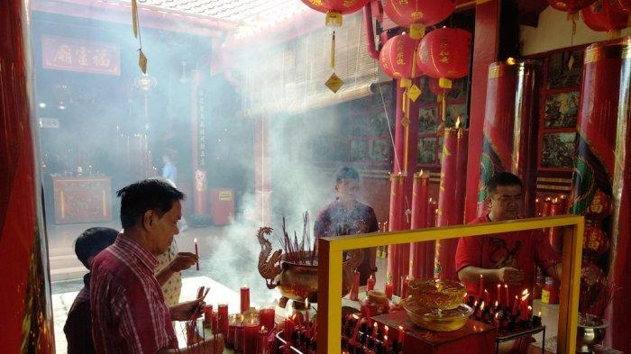 Imlek, Warga Tionghoa Berdoa di Kelenteng dan Berkumpul dengan Keluarga