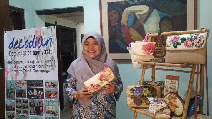 Warga Yogyakarta Meraup Rupiah dari Kerajinan Decoupage