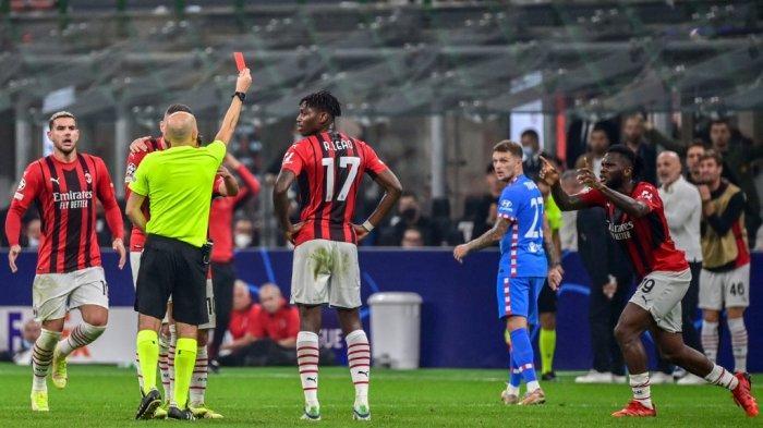 Wasit Cuneyt Cakir memberikan kartu merah kepada Franck Kessie di Liga Champions antara AC Milan vs Atletico Madrid pada 28 September 2021 di stadion San Siro di Milan.
