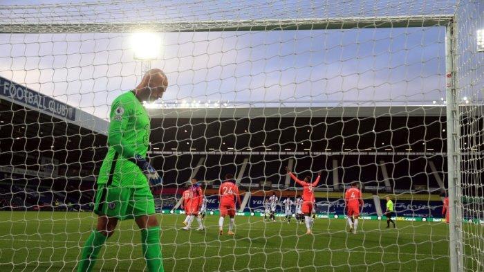 Kiper Argentina Chelsea Willy Caballero bereaksi setelah kebobolan gol ketiga mereka dalam pertandingan sepak bola Liga Premier Inggris antara West Bromwich Albion dan Chelsea di stadion The Hawthorns di West Bromwich, Inggris tengah, pada 26 September 2020.
