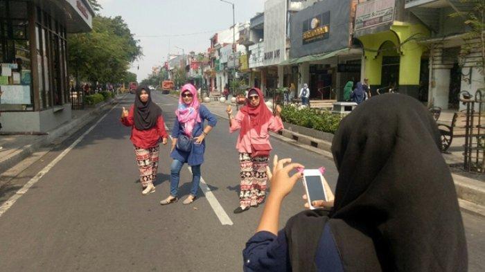 Uji Coba Malioboro Semi Pedestrian, Wisatawan Manfaatkan Momen untuk Berfoto di Tengah Jalan