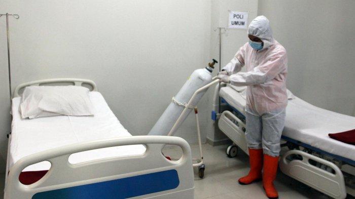 Petugas mempersiapkan ruang rawat inap pasien Covid-19 di tower 8 Rumah Sakit Darurat Wisma Atlet Kemayoran, Jakarta Pusat, Selasa (15/6/2021). Tower 8 RSD Wisma Atlet Kemayoran dapat menampung 1.569 pasien Covid-19.