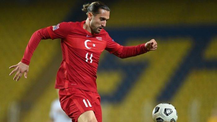 Gelandang Turki Yusuf Yazici mengontrol bola selama pertandingan sepak bola UEFA Nations League antara Turki dan Rusia di stadion Fenerbahce Ulker di Istanbul pada 15 November 2020.
