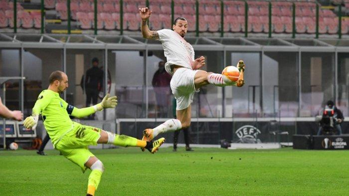Zlatan Ibrahimovic dan kiper Milan Borjan di babak 32 besar Liga Europa, AC Milan vs Red Star 25 Februari 2021 di stadion San Siro di Milan.