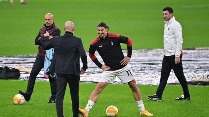 Penyerang Swedia AC Milan Zlatan Ibrahimovic (tengah) melakukan pemanasan sebelum pertandingan sepak bola penyisihan grup Liga Eropa UEFA antara AC Milan dan Lille di stadion San Siro di Milan pada 5 November 2020.