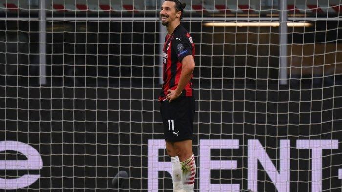 Penyerang Swedia AC Milan Zlatan Ibrahimovic (kanan) gagal melakukan tendangan penalti selama pertandingan sepak bola grup H Liga Eropa UEFA antara AC Milan dan Sparta Praha pada 29 Oktober 2020 di Stadion San Siro di Milan.