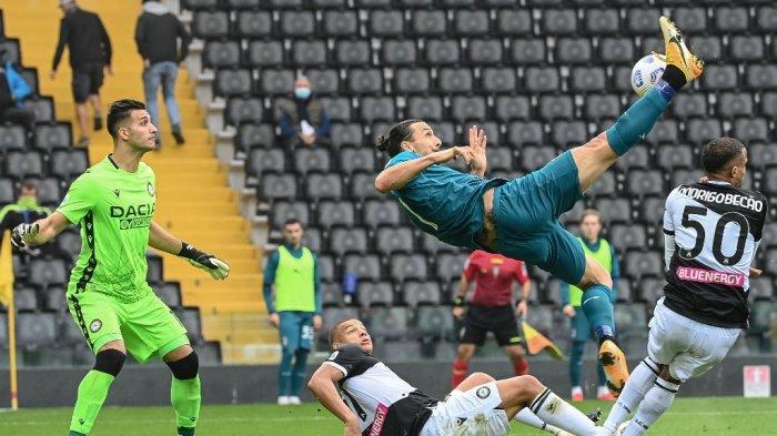 Juan Musso dan Zlatan Ibrahimovic di Liga italia Serie A Udinese vs AC Milan di Stadion Friuli di Udine pada 1 November 2020.