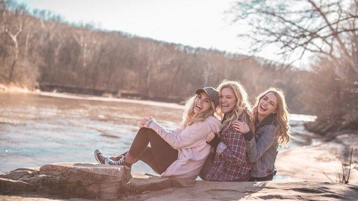 Ilustrasi tiga orang bahagia.