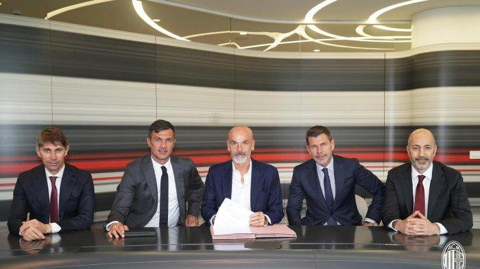 Zvonimir Boban (kedua dari kanan) dan Paolo Maldini mengapit Stefano Pioli