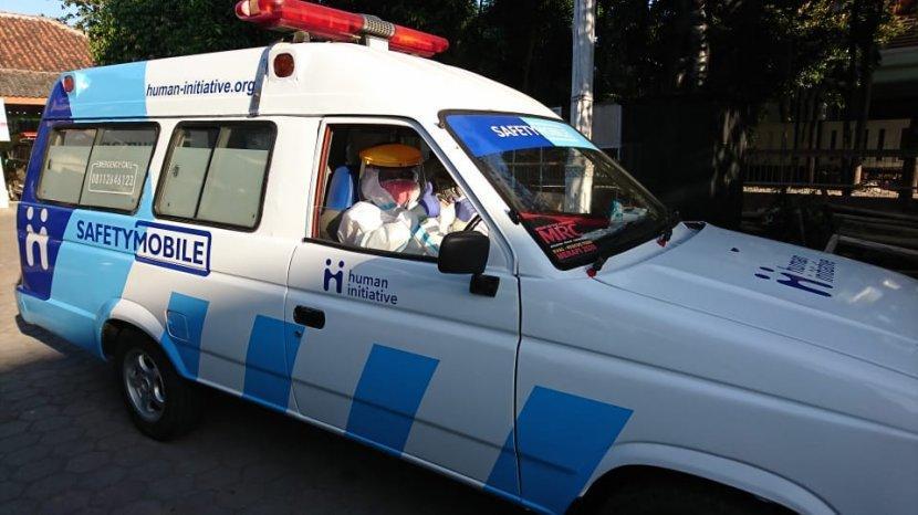 karmini-saat-bertugas-sebagai-driver-mengantar-pasien-dan-jenazah.jpg