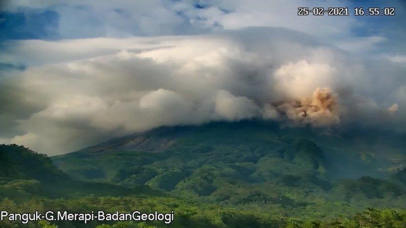 update-gunung-merapi-awan-panas-guguran-meluncur-hingga-19-km-pada-kamis-sore-ini.jpg
