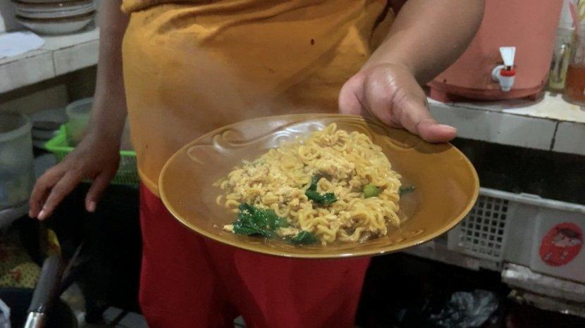 warung-mie-nyemeke-bu-siti-andalan-pecinta-kuliner-di-yogyakarta-saat-hujan-melanda.jpg