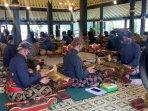 abdi-dalem-berlatih-alat-musik-di-bangsal-madukaran-keraton-yogyakarta.jpg
