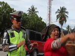 ada-polisi-dikutuk-gara-gara-tilang-ibunya_20180129_185112.jpg