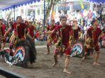 aksi-penari-dalam-menampilkan-jathilan-rampak-bhuto-di-festival-merapi-2019.jpg