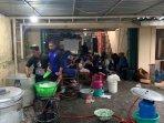 aktivitas-dapur-barak-pengungsian-balai-desa-glagaharjo.jpg