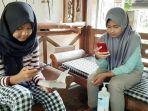 anak-anak-belajar-daring-dengan-wifi-gratis-di-pawon-luwak-coffee-di-kawasan-candi-pawon.jpg