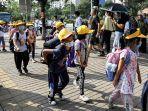 anak-anak-meninggalkan-sekolah-setelah-sesi-akhir-hari-di-beijing-china-pada-10-september-2021.jpg