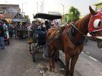andong-berjejer-menanti-para-wisatawan-di-depan-mirota-batik_20170701_184539.jpg