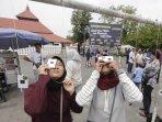 antusias-warga-yogyakarta-menyaksikan-gerhana-matahari-di-masjid-gede-kauman.jpg
