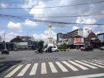arus-lalu-lintas-kendaraan-di-simpang-empat-tugu-pal-putih-terpantau-ramai-lancar_20180319_102825.jpg